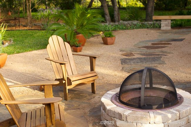 A patio of crushed granite fitted with stepping stones and a central fire pit this cozy outdoor - Types fire pits cozy outdoor spaces ...