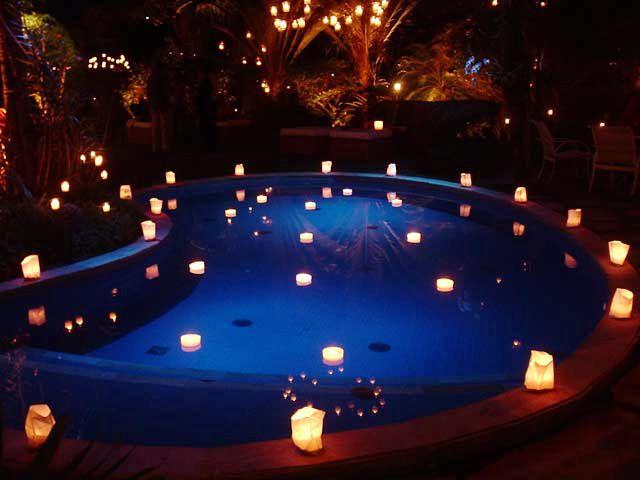 Piscina com velas flutuantes luzes penduradas - Velas para piscinas ...