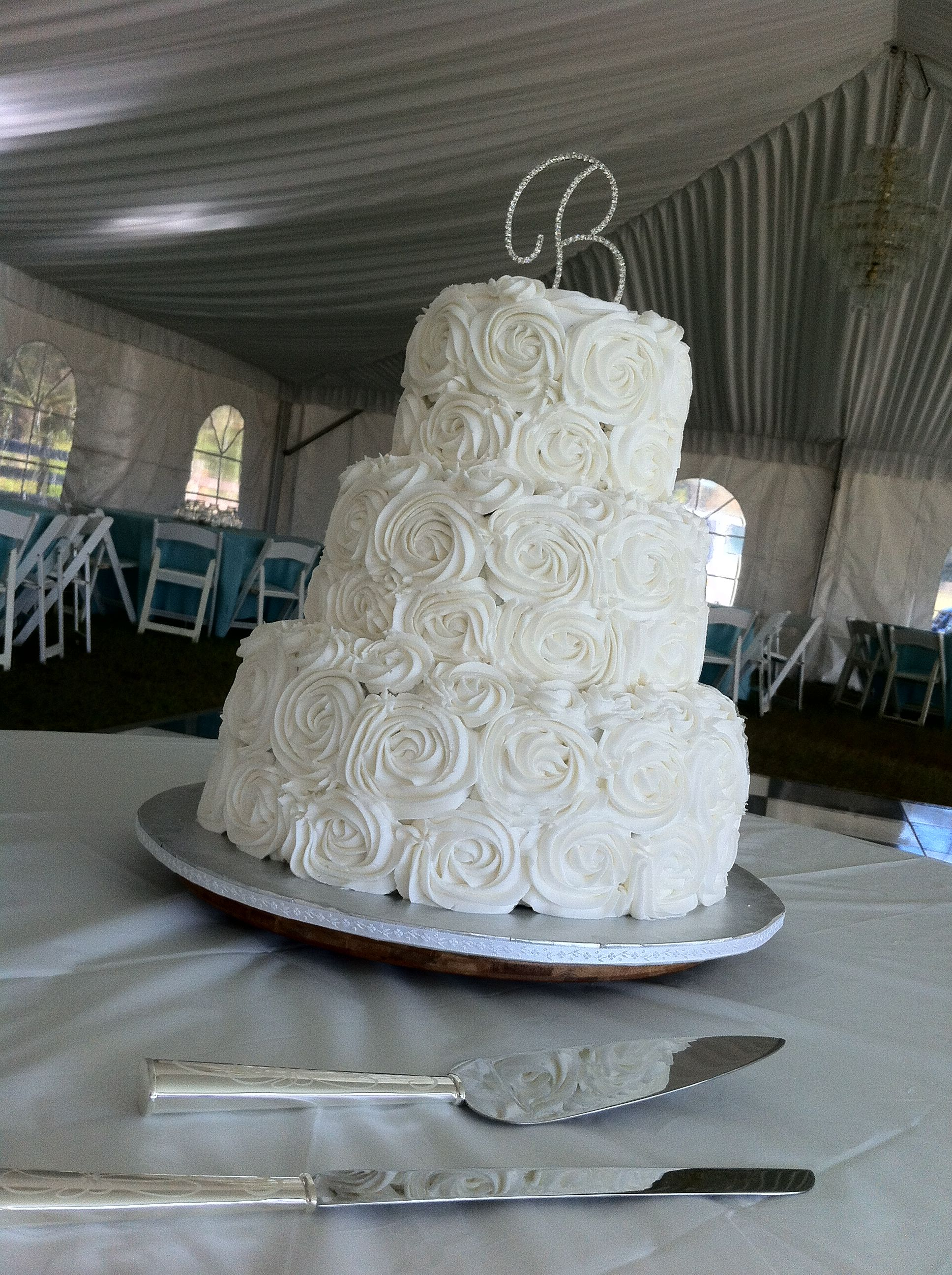 d4a60937c Buttercream roses cake - maybe roses on the top and bottom tiers ...