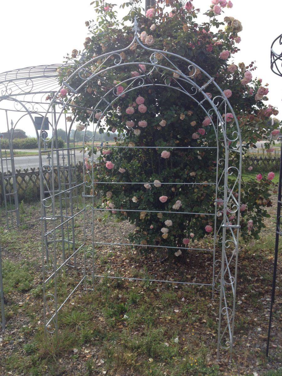 Romantischer Rosenbogen Aus Rostigem Metall Von Kuheiga Rosenbogen Gartengestaltung Rosenbogen Mit Tur