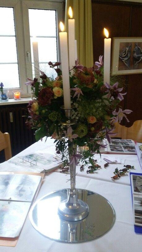 Eindrucksvolle Tischdekoration im Kerzenleuchter