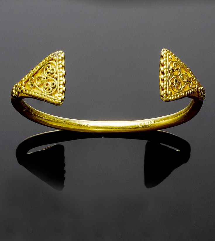 Probably Greater Syria | Medieval Islamic armlet; oval gold band with flat triangular terminals | ca. 11th / 13th century | 3'360£ ~ sold (Oct '07)