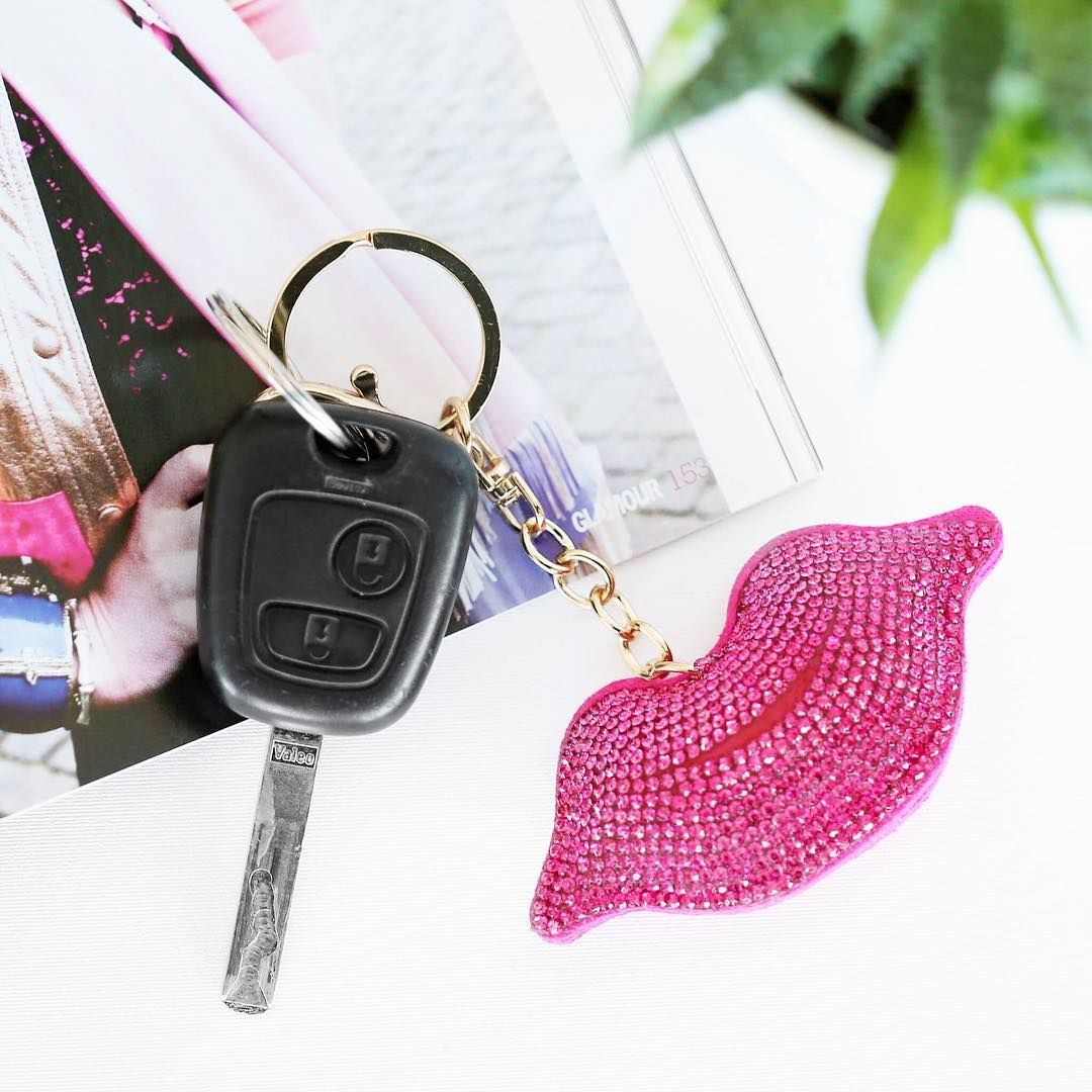 Deze nieuwe sleutelhangers zijn toch té leuk?! 💋💖 Vanaf nu ook in de webshop te bestellen 🙌🏻 #lucardi #keychain #lips #pink #summer #new