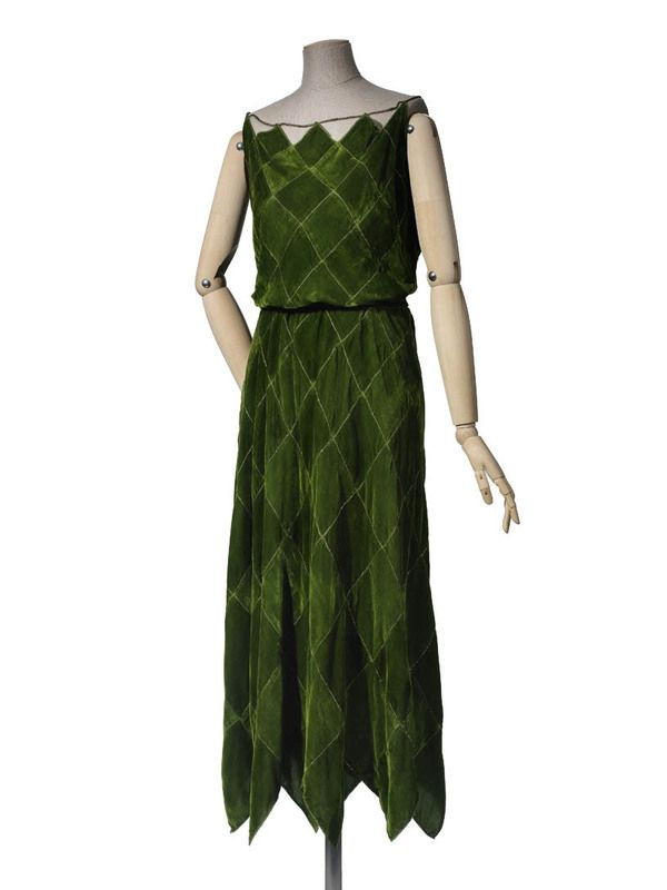 * Robe du soir été 1922 Madeleine Vionnet Carrés en panne de velours posés sur la pointe et séparés par des filé argent