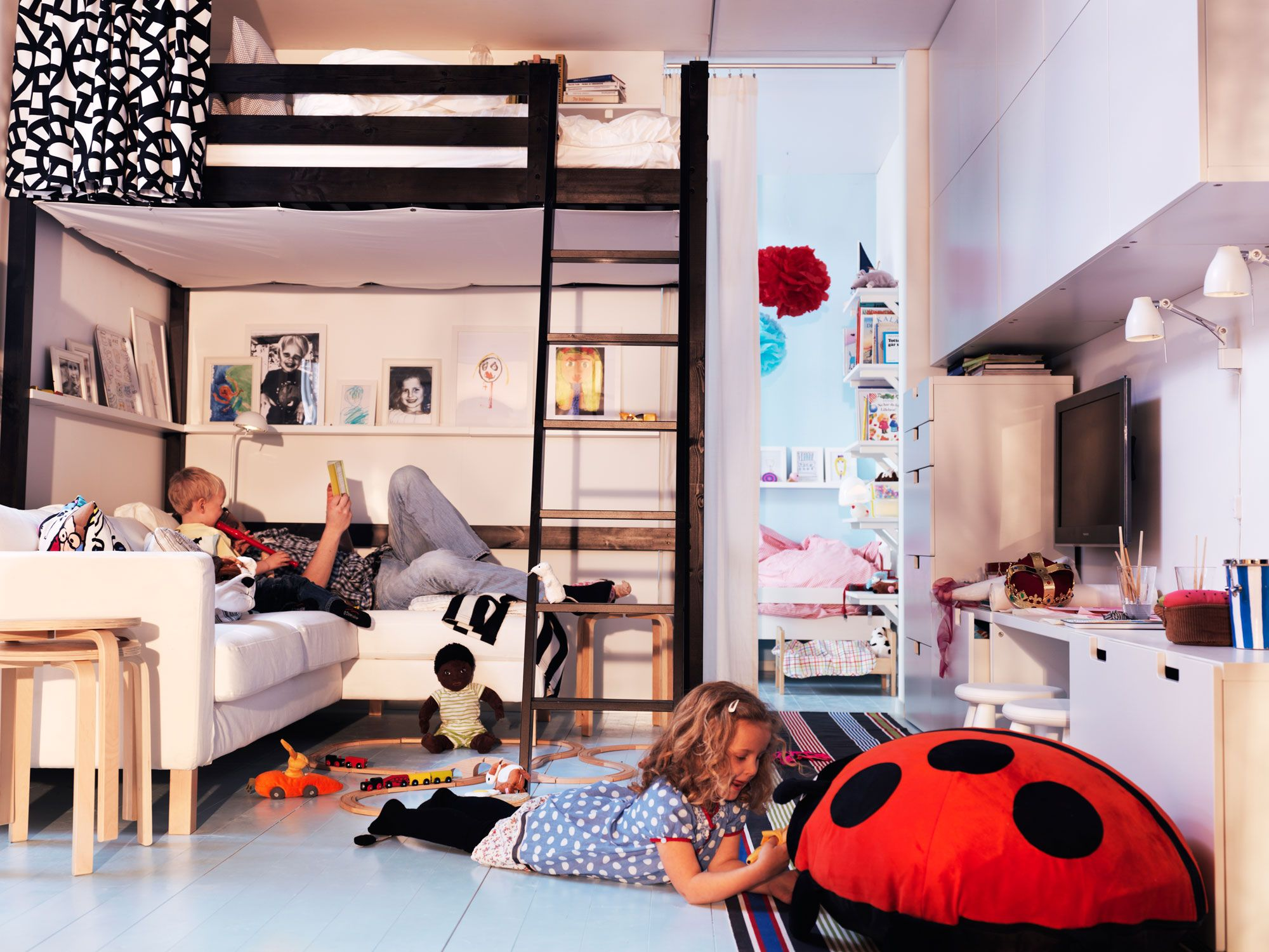 Kleine huiskamer met hoogslaper. in deze multifunctioneel ingerichte