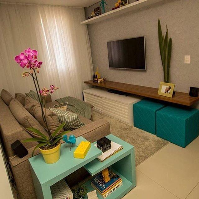 Bom dia! ✨ Sala de TV compacta e muito fofa. 😍 Adorei o uso de uma base neutra e toque de cor em alguns objetos. 😘 Não dá vontade de chegar e ficar por lá, rsrsrs. @pontodecor Inspiração via @decoramundo  Snap: 👻 hi.homeidea  www.bloghomeidea.com.br #bloghomeidea #olioliteam #arquitetura #ambiente #archdecor #archdesign #cozinha #kitchen #arquiteturadeinteriores #home #homedecor #pontodecor #lovedecor #homedesign #instadecor #interiordesign #designdecor #decordesign #decoracao…