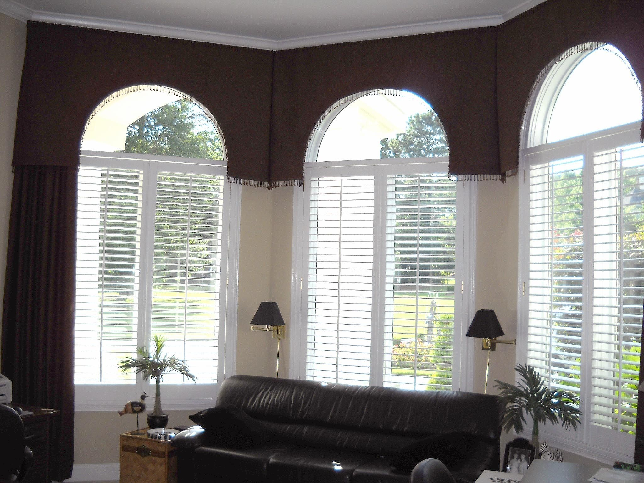 Window treatments soft cornices shaped around arch windows for Arch window decoration
