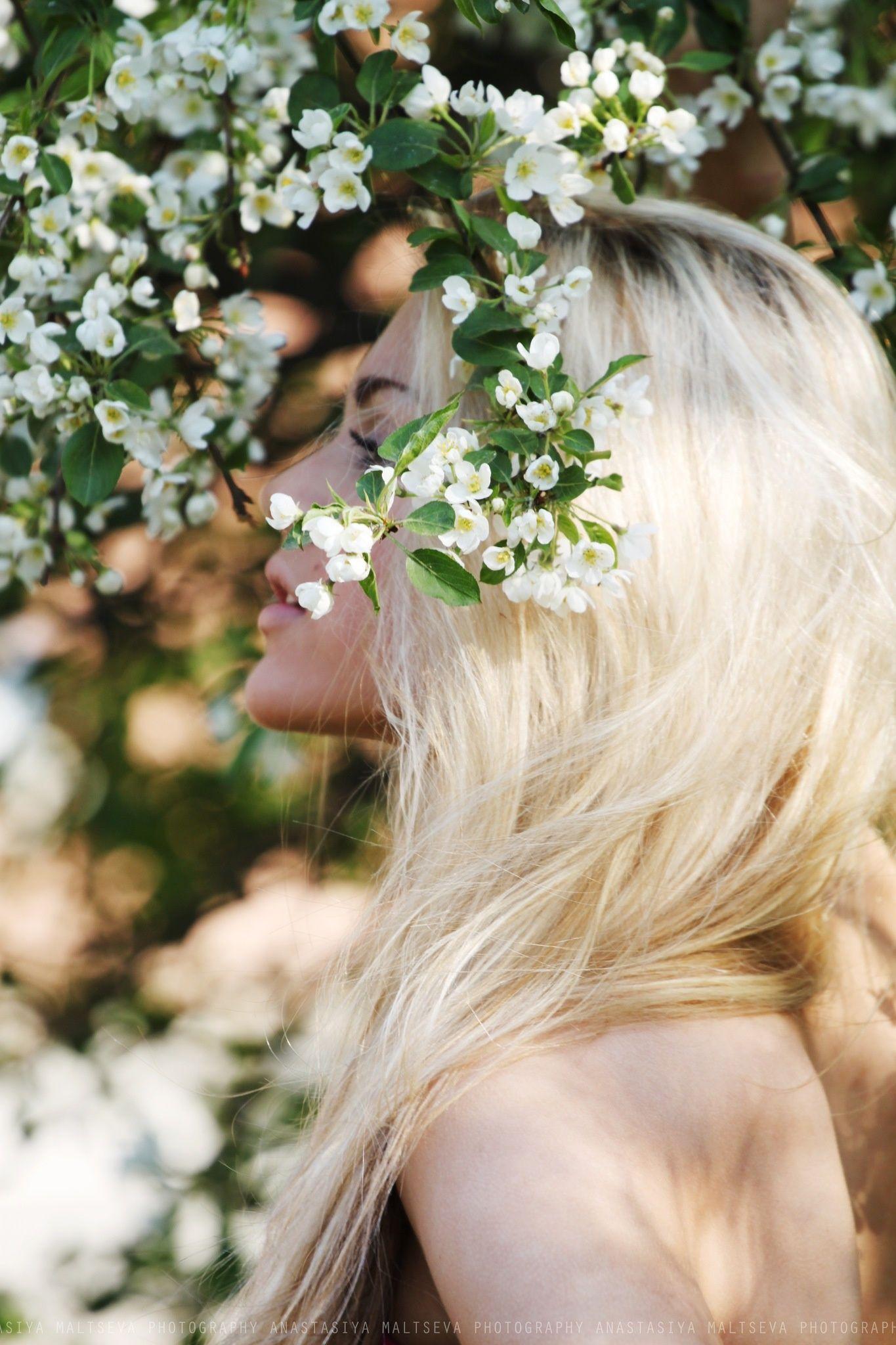 Картинки блондинки со спины с цветами