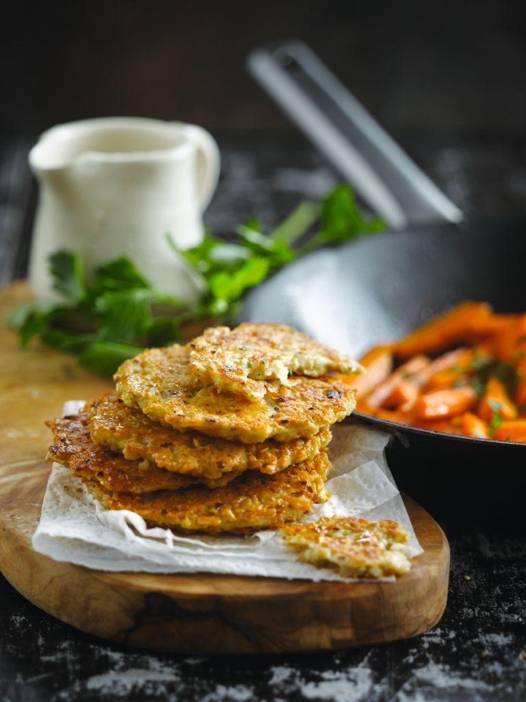 Bereiden:Snipper de sjalot heel fijn.Vermeng in een schaal 2/3 van de versnipperde sjalot, de havervlokken, de geraspte kaas, eieren en de helft van de bouillon. Voeg tijm, zout en peper toe naar smaak. Laat het mengsel 1 uur staan en vorm er dan koekjes van. Voeg eventueel nog wat bouillon toe als het mengsel te droog is.Bak de koekjes goudbruin in olie of boter.