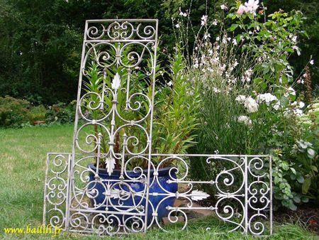 Une ancienne tête de lit, un ancien portail, une grille en fer ...