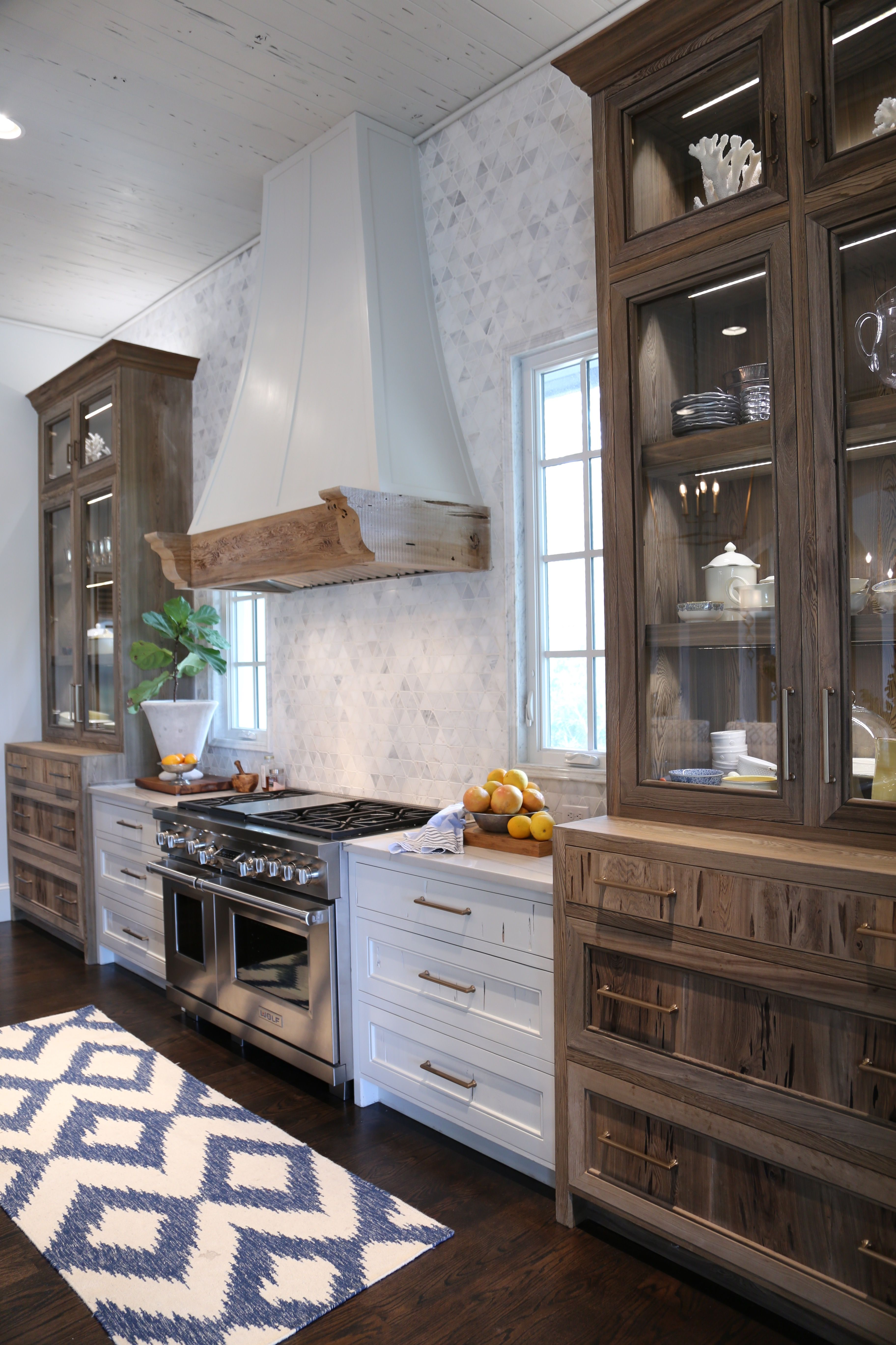 Wood glass front cabinetry | Kitchens/Cocinas | Pinterest | Cocinas ...