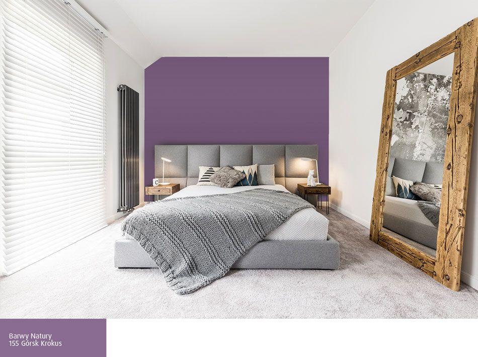 Fioletowa ściana Za łóżkiem W Szarej Sypialni Sypialnia W