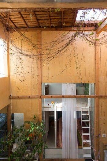 建築家夫妻が自邸を増改築既存の建物を分割し ガラスでつないで風と光