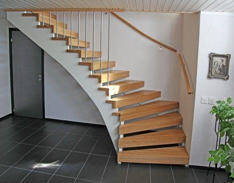 Öppen L-trappa. Steg i ek och underliggande vang i vitmålat ...
