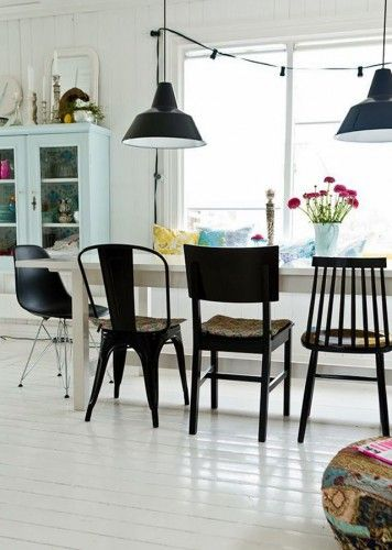 Une salle à manger avec des chaises dépareillées Salons, Room and