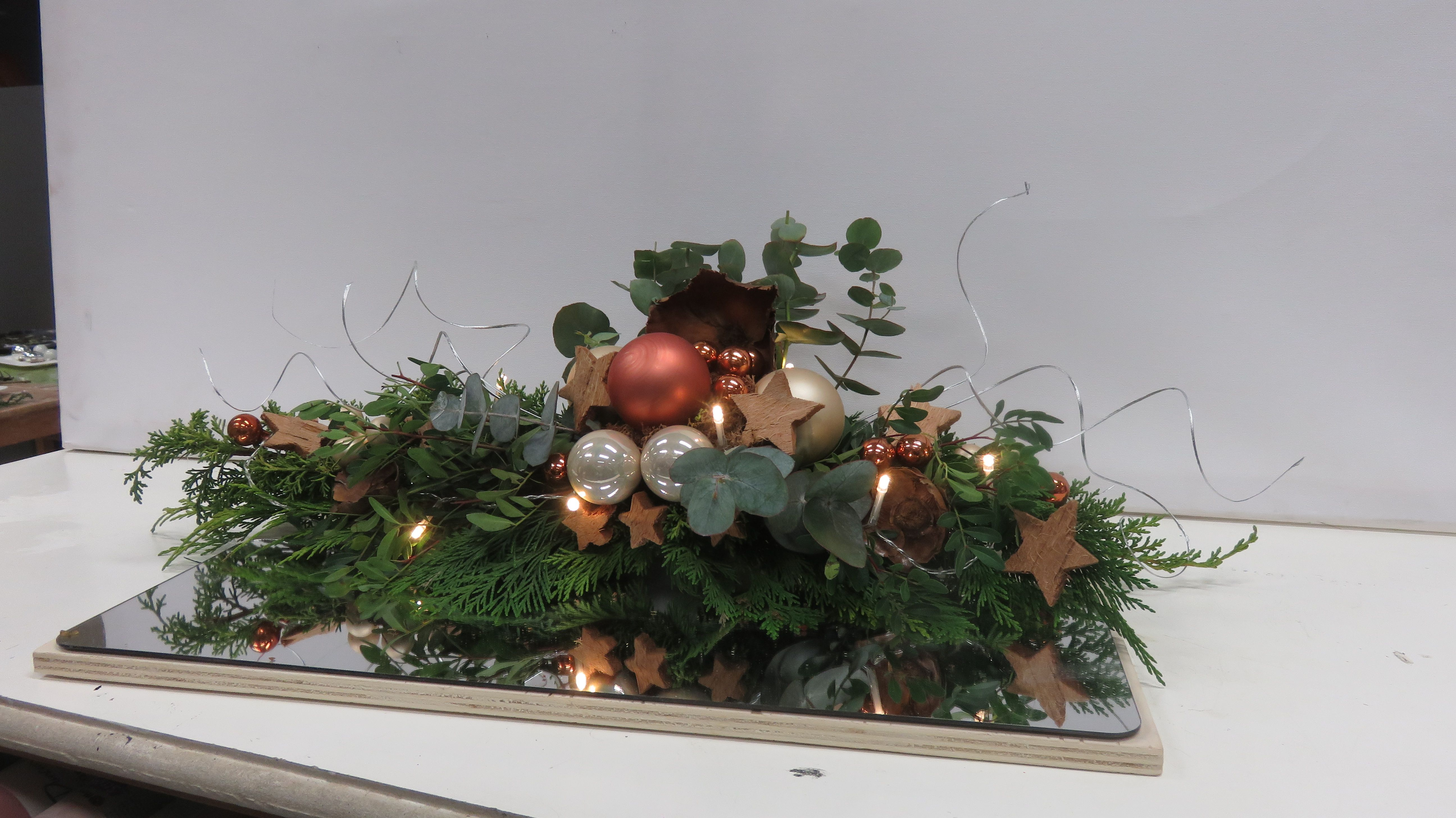 Feestdagen Natuurlijke Kerstdecoratie : Kerst voorbeeld een tafelstuk gemaakt met natuurlijke materialen