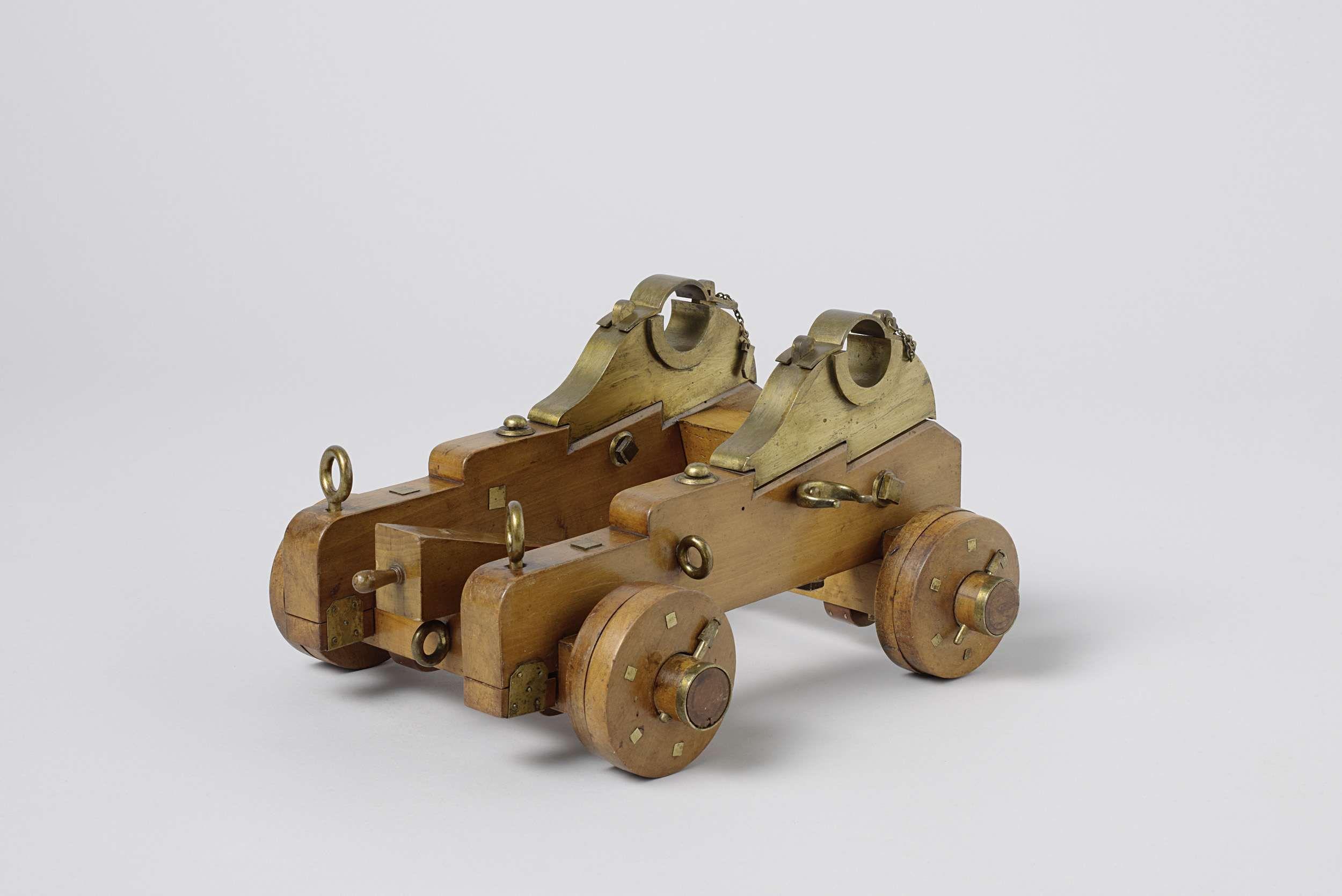 Anonymous | Model van een rolpaard voor een kanon van 30 pond, Anonymous, 1851 | Model van een rolpaard, incompleet. Het dwarsverband van de twee parallelle wangen wordt gevormd door een schuin staand kalf met borststuk met borstklep, het voorste aslijf, en de zoolplaat die meteen als achterste aslijf dienst doet. De zoolplaat heeft een spoor voor het stelblok en is met een balk totaan het voorste aslijf verlengd; deze balk ontbreekt thans. Het stelblok heeft een spoor voor de stelwig; het…