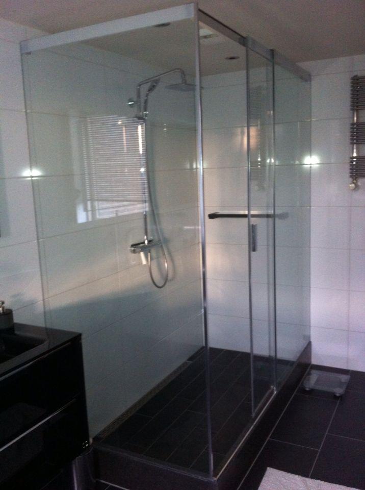 Zwart witte badkamer met moda tegels en Sealskin 4200 douche cabine ...