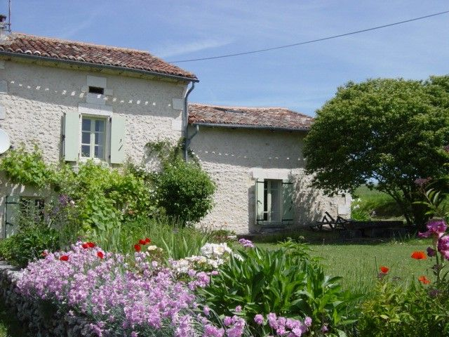 Dordogne Cottage Rentals in France   Mistral cottage set in beautiful Dordogne countryside just 7km from the bustling market town of Ribe #garden #france