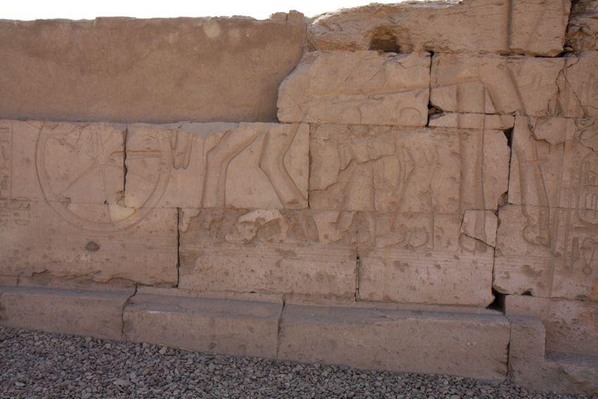 ABIDOS: TEMPLO DE SETI I : PRIMER PATIO: RESTO DE LA PARED CIRCUNDANTE: BATALLA DE KADESH ¿CARRO DE RAMSES II? | por Soloegipto