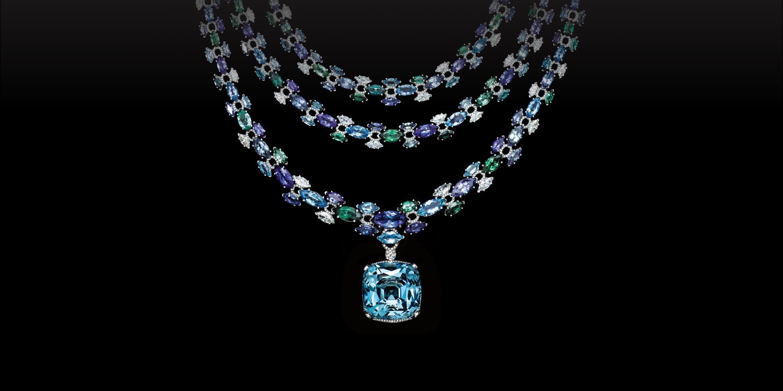 d9e5a6611f7 Colar de diamantes e gemas coloridas e uma gota de água-marinha ...