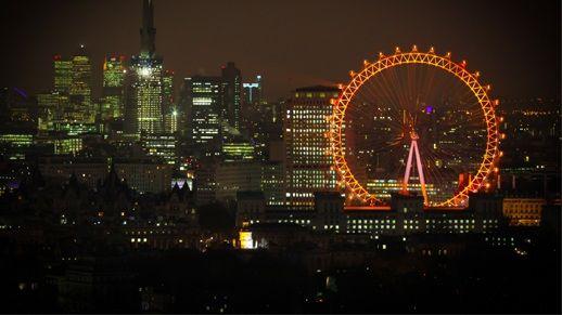Admira la panorámica de la ciudad londinense desde la mítica London Eye mientras brindáis con una copa de capa por vuestro amor. http://www.weplann.com/londres/entradas-london-eye-champagne