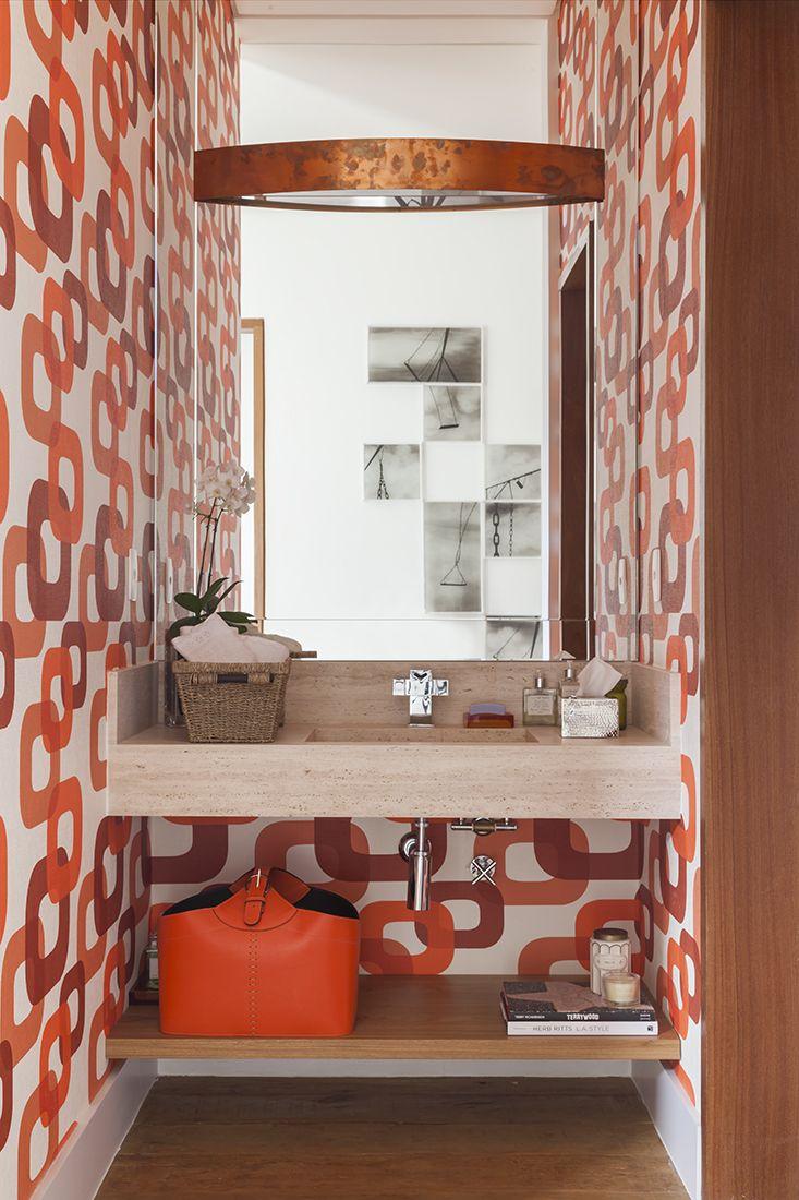 O papel de parede roubou a cena nesse lavabo, decorado por Marina Linhares. #lustre #papeldeparede