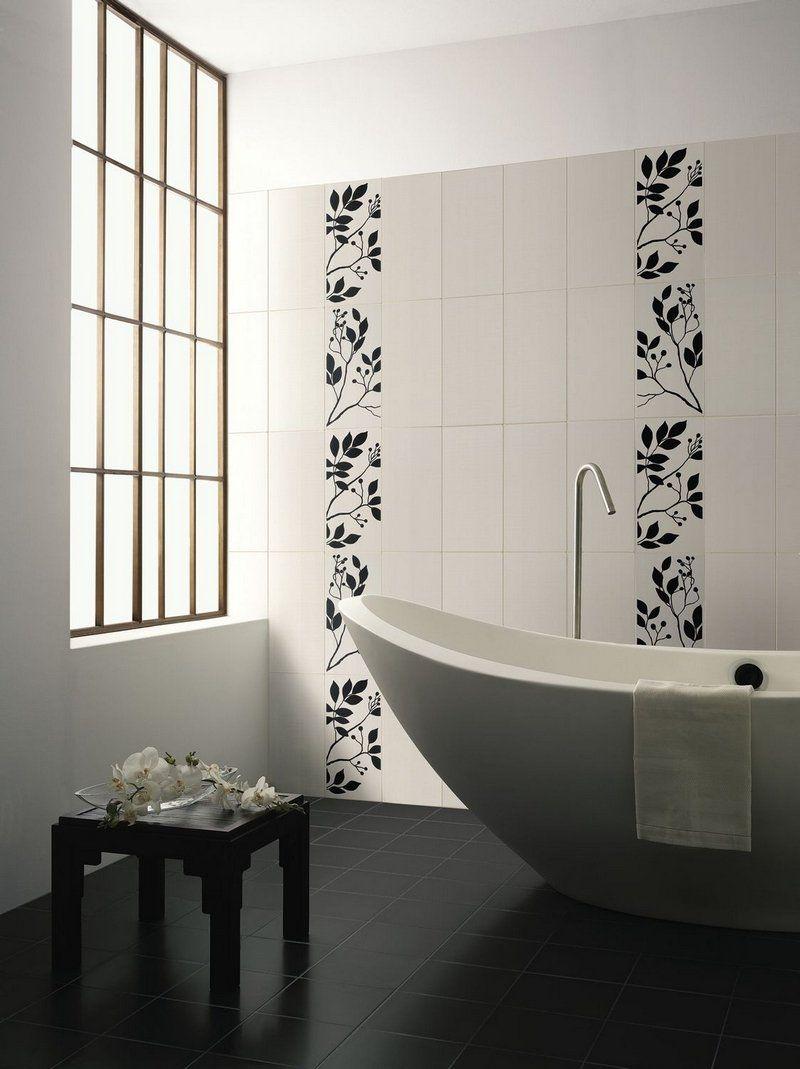 revtement mural salle de bain en carrelage motifs floraux et baignoire design ovale