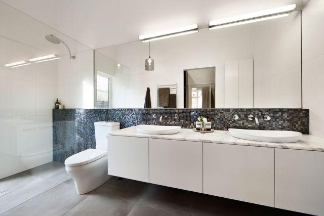 Minimalistische badgestaltung monochrome farben wandbreit spiegel