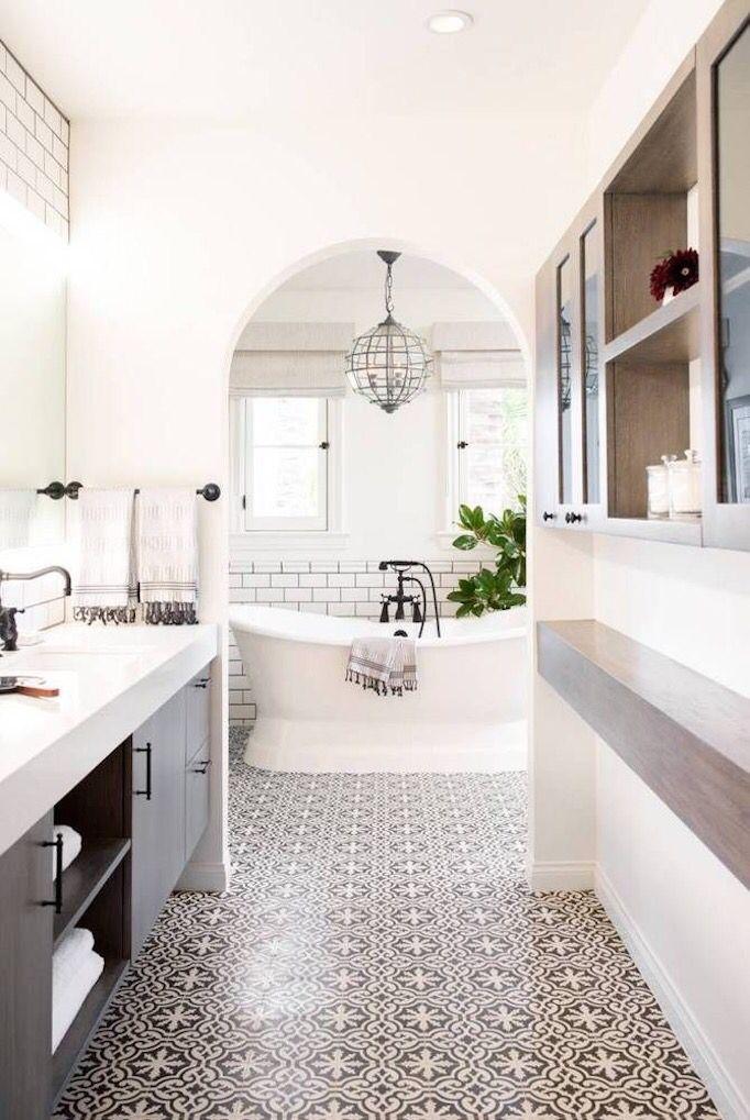 Badezimmer weiß- grau Tolle Bodenfliesen, Durchgang zur Badewanne