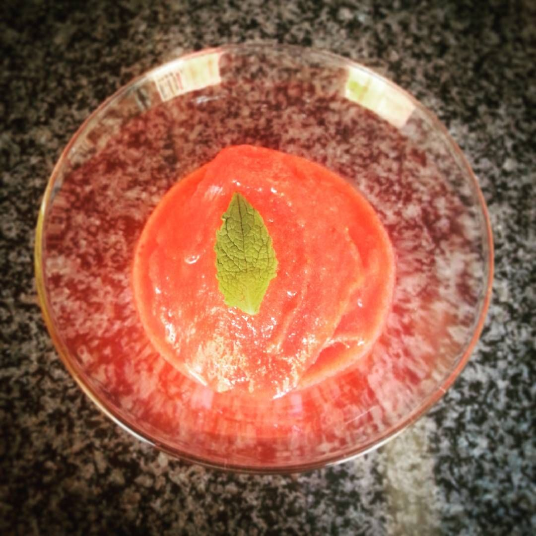A radioactive strawberry #sorbet #noFat #noCream #instantIceCream / Sorbet radioativo de morango #geladoInstantâneo #semGordura #semNatas