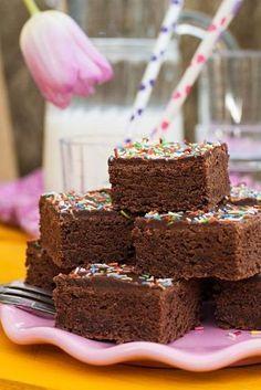 Der schokoladige Buttermilchkuchen ist einfach gemacht und schnell im Ofen. Mit …