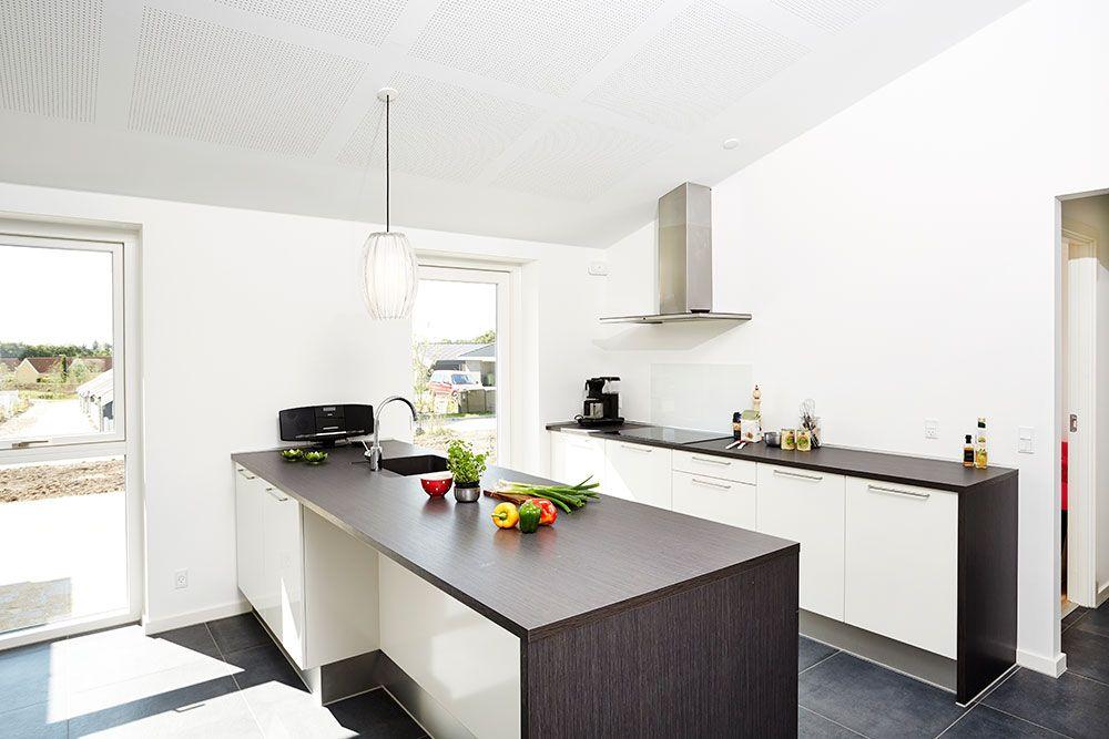 Lyst og rummeligt køkken #huscompagniet #inspiration #indretning ...