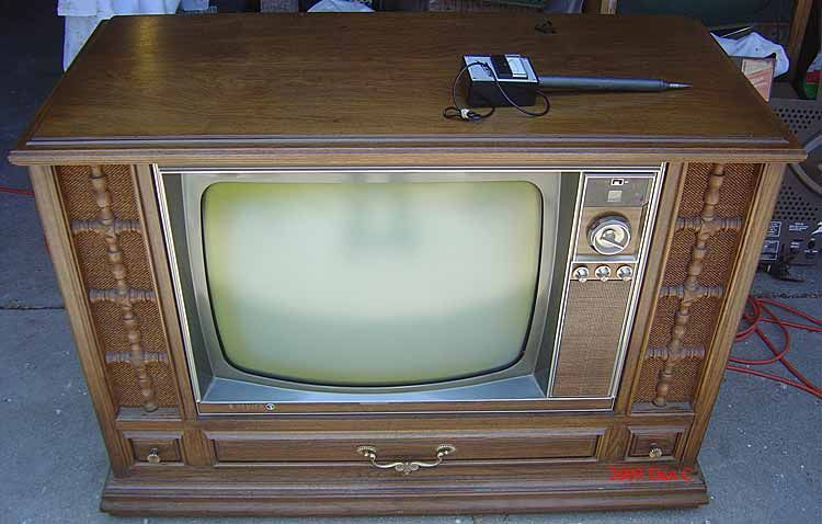 Console Tv With Only 5 Channels Abc Cbs Nbc Pbs And One Independant That Showed Cartoons Like The Flintstones After Vintage Television Vintage Tv Old Tv