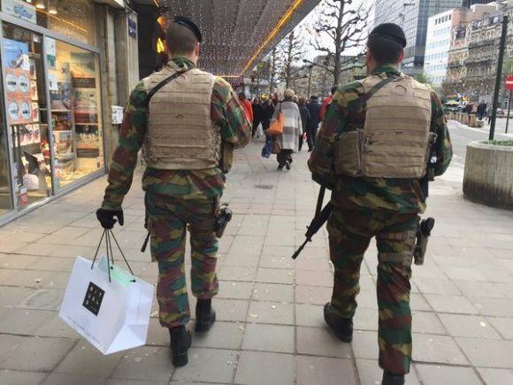 Ook bewapende militairen moeten kerstcadeaus kopen