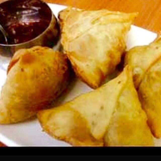 مشهيات رمضانية طريقة السمبوسة الهندية المقادير ٤كاسات دقيق رشة ملح ١ ٢فنجان زيت العربي الخاص بالقلي بي Indian Food Recipes Recipes Samosa Recipe