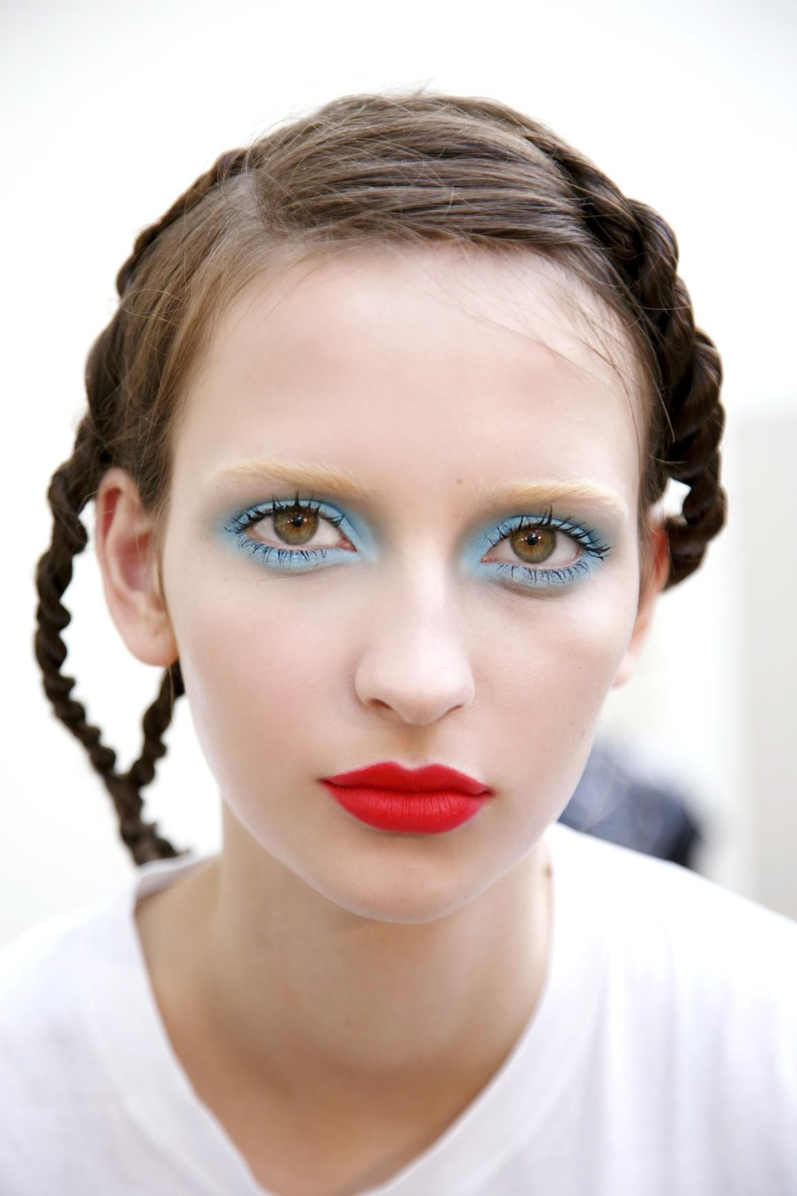 Look - Beauty spring trend blue eye makeup video