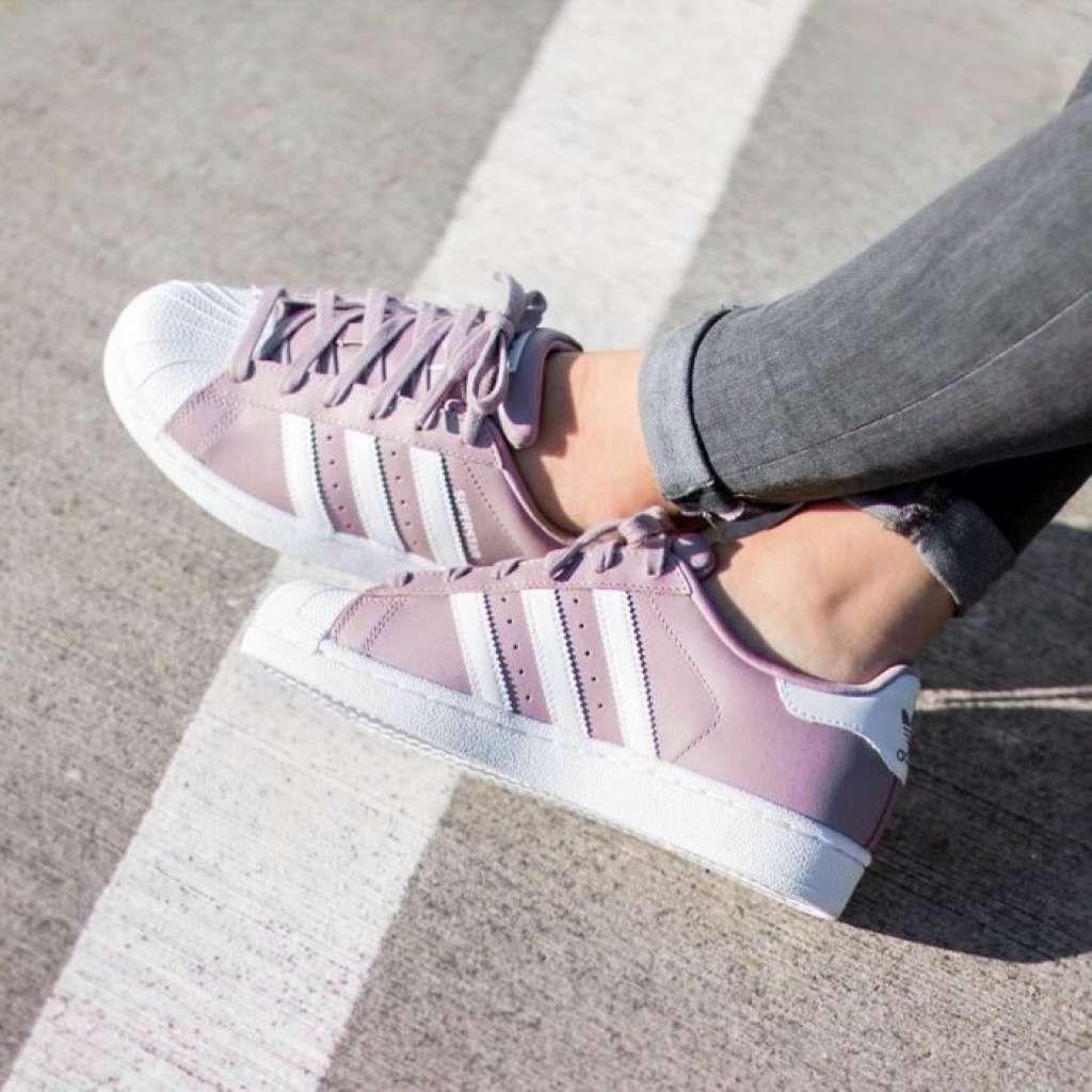 pies de mujer con tenis adidas superstar rosa | Zapatos ...