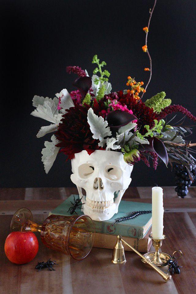Diy floral skull centerpiece centros de mesa de for Centros de mesa para halloween
