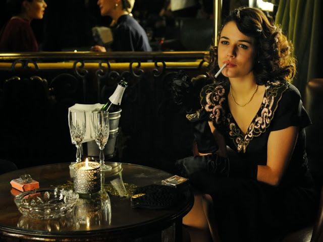 Sira Quiroga vestido negro fiesta. El tiempo entre costuras. Capítulo 9 vía http://www.antena3.com/series/el-tiempo-entre-costuras/
