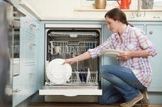 Come togliere il cattivo odore dalla lavastoviglie. La lavastoviglie è diventata la nostra migliore alleata per pulire i piatti: basta accenderla e ci evitiamo la fatica di lavare. Ma ogni bella invenzione ha la sua parte negativa e questa volta dobbia...