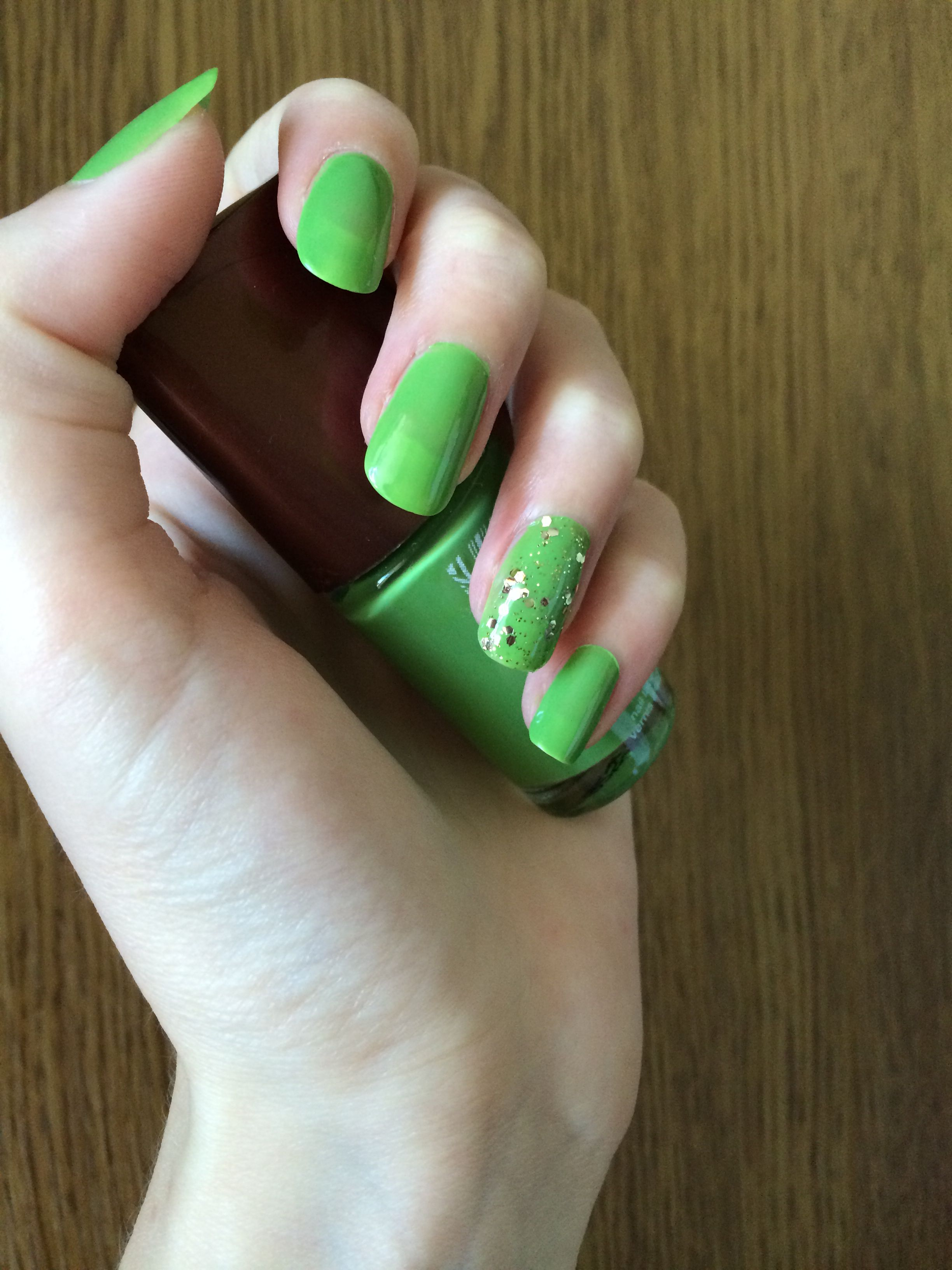 Green nails style