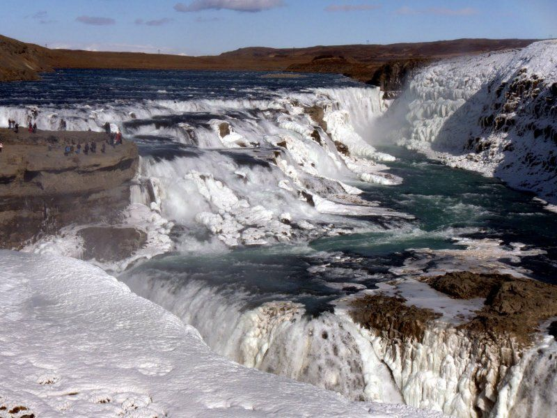 Gullfoss (dall'islandese: gull  dorato  e foss  cascata ) è una delle più note cascate dell'Islanda sud-occidentale, lungo il percorso del fiume Hvítá nel Haukadalur. La portata media è di circa 140 m³/s in estate e 80 m³/s in inverno. Le acque tumultuose del fiume Hvítá compiono due salti di 11m e 21m di altezza, con orientazione relativa di circa 45°, e proseguono poi in una stretta e profonda gola che si apre nell'altipiano. Gullfoss, soprannominata spesso  la regina di tutte le
