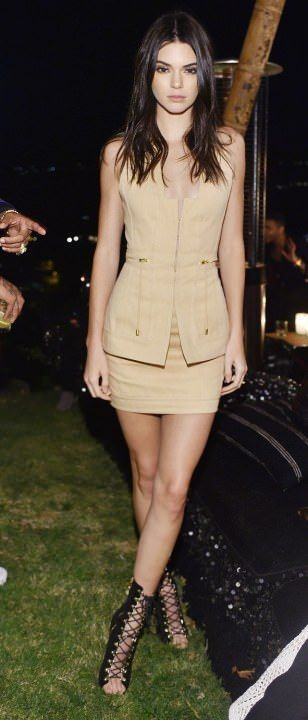 Kendall Jenner looks gorgeous in classy outfit. Her legs make any outfit look good. ;)