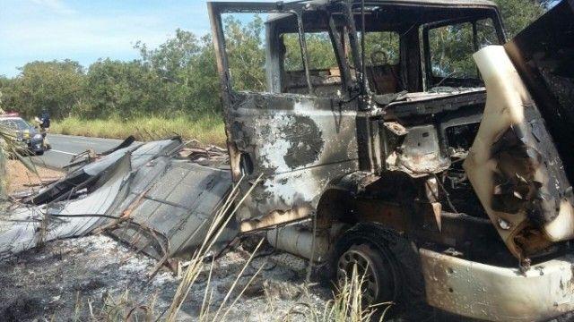 Caminhão carregado com chapas de aço pega fogo na BR-135, em Joaquim Felício