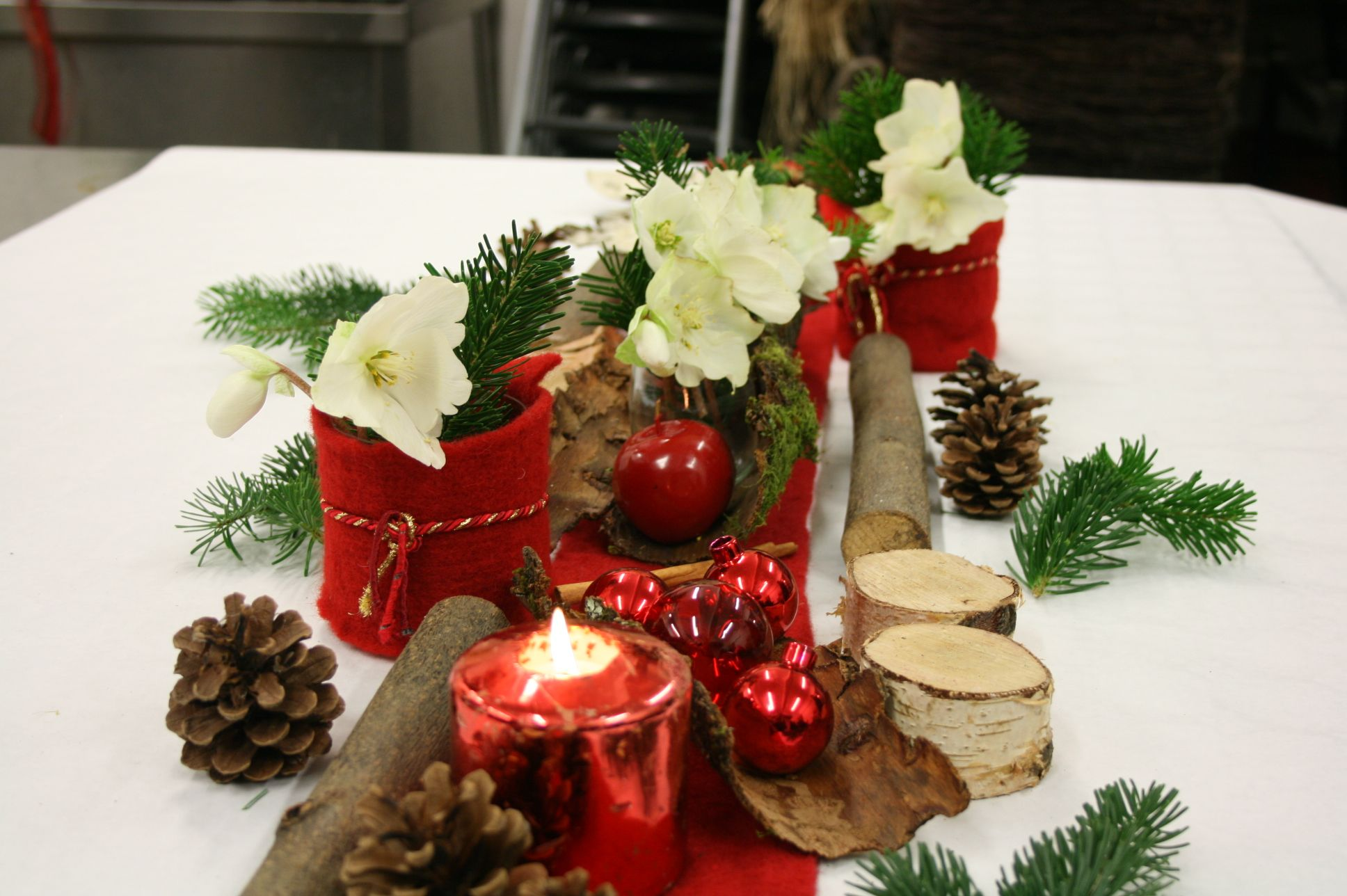 D coration de no l chemin de table en rouge et blanc - Decoration table de noel rouge et blanc ...