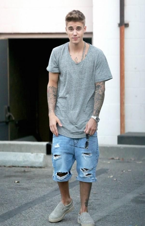 d03af9b0862 Justin Bieber in his casual grey t-shirt