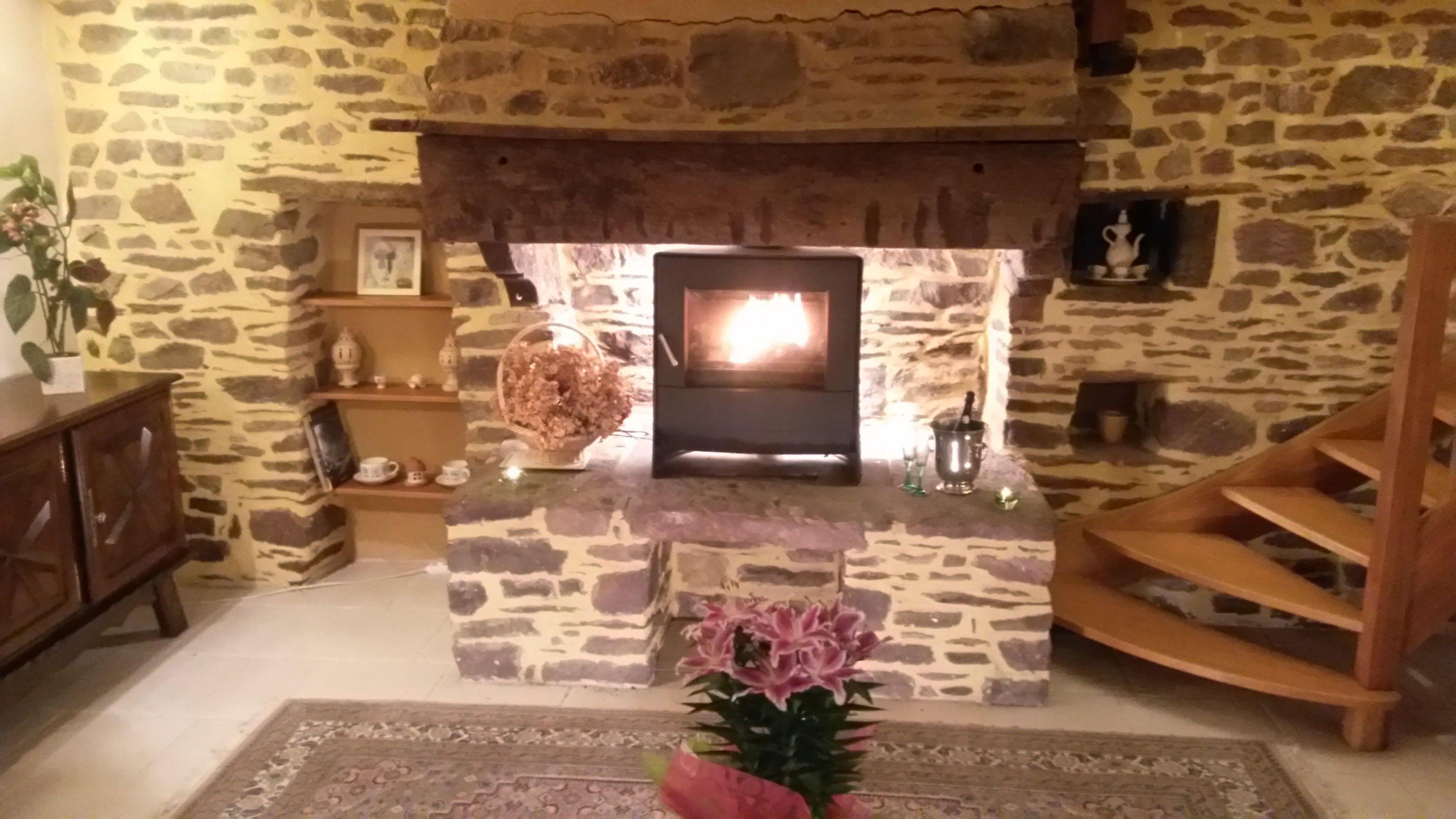 Venez vous reposer au salon, au coin du feu. The living-room and its relaxing fireplace.