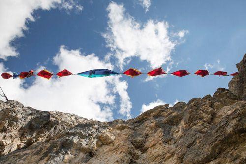 Hamacas suspendidas a una gran altura  Durante el festival Highline que se realizó en los Alpes Italianos, los asistentes más aventureros pudieron experimentar estas Hamacas Extremas que sólo colgaban de una cuerda y sus pies el inmenso vació del paisaje.