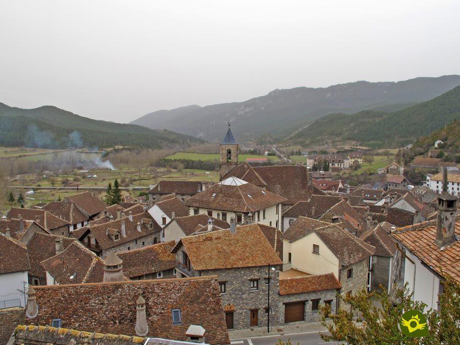 Hecho Está Situado En El Profundo Valle Que Lleva Su Nombre Atravesado Por El Río Aragón Subordán En E España Turismo Viajar Por España Lugares Para Visitar